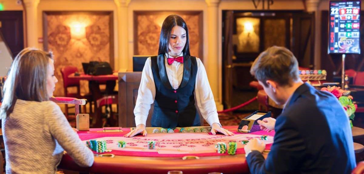 What are online casino games and their features